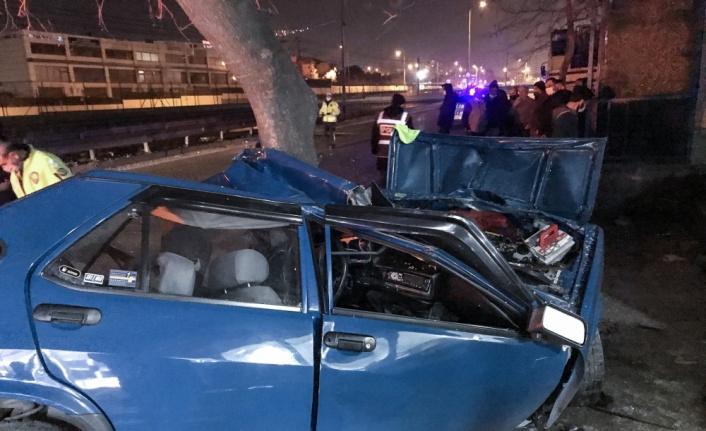 Bursa'da ağaca çarpan otomobilin sürücüsü ağır yaralandı
