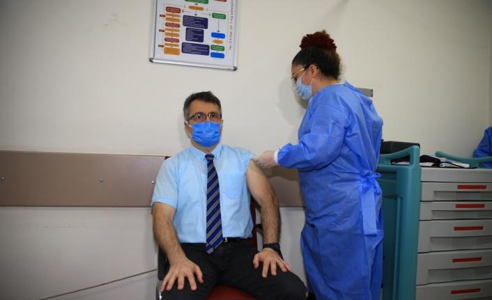 CoronoVac aşısı Sağlık çalışanlarına uygulanmaya başlandı