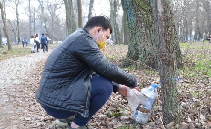 Edirne'de yabancı uyruklu öğrenciler sokak hayvanlarını besledi