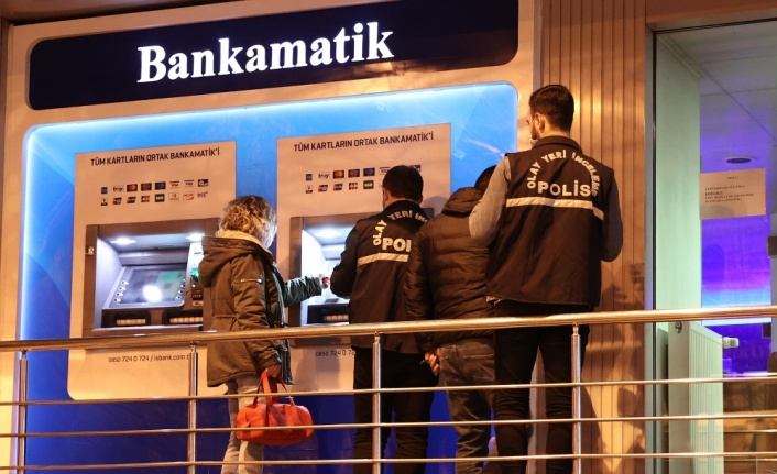 Esenler'de ATM'nin kartını yutmasına sinirlenen kişi bankanın camını kırdı
