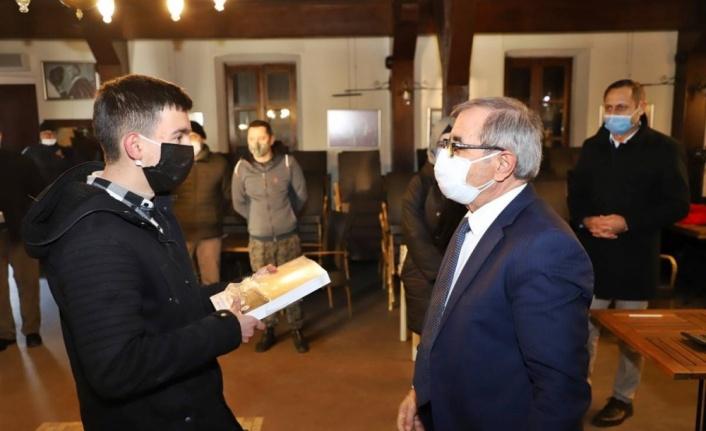 Gelibolu Belediye Başkanı Özacar, öğrencilere LGS ve TYT sınav seti hediye etti
