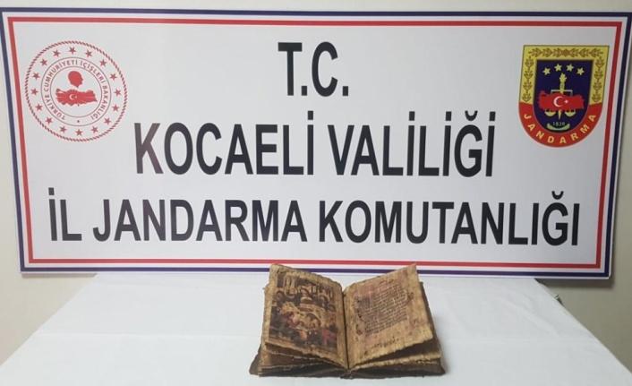 Kocaeli'de bir araçta tarihi eser niteliğinde İncil ele geçirildi