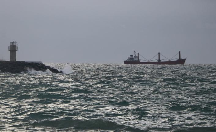 Marmara Denizi'nde etkili olan lodos 2 gündür deniz ulaşımını aksatıyor