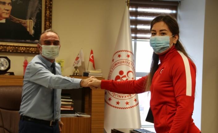 Milli güreşçi Yasemin Adar'dan Gençlik ve Spor Müdürü Selim Ak'a ziyaret