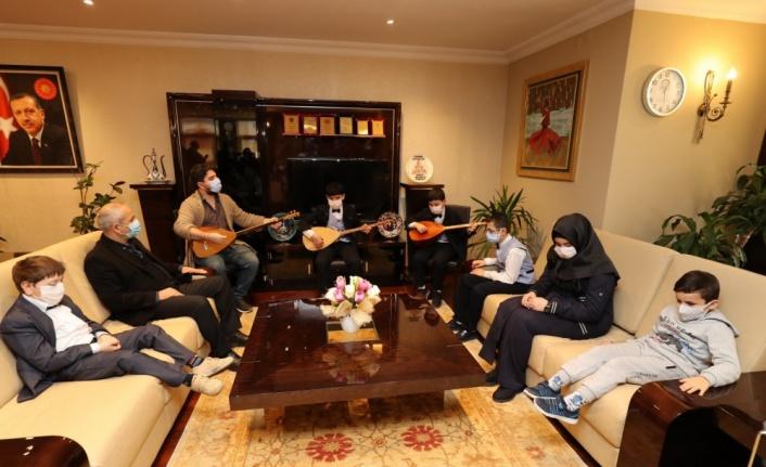 """Suriyeli görme engelli kardeşler bağlama eşliğinde """"Türkiye'm"""" şarkısını seslendirdi"""