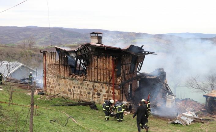 Gölcük'te ahır ve yığma taş binada çıkan yangın söndürülmeye çalışılıyor