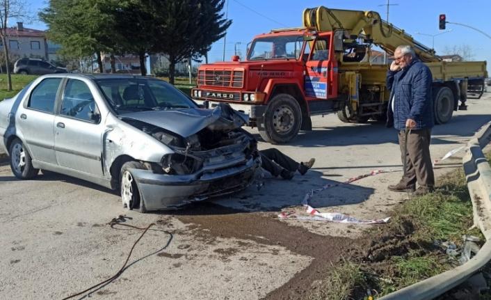 Bariyere çarparak dik duran otomobilin sürücüsü yaralandı