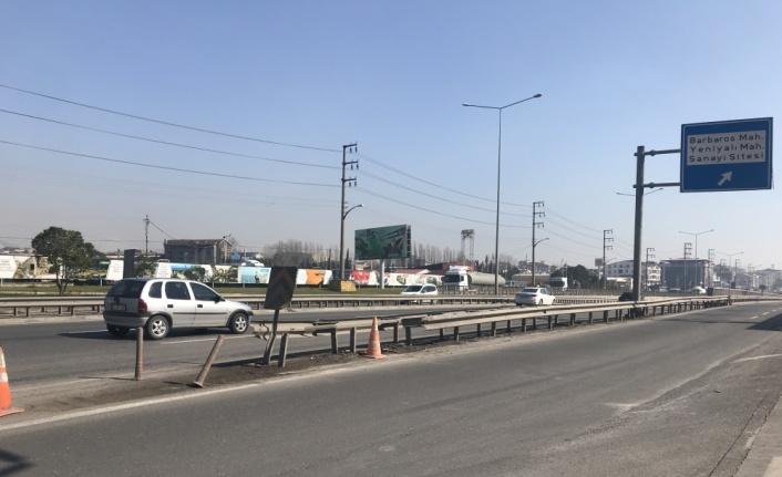Kocaeli'de bariyerlere çarpan otomobilin sürücüsünün yaşamını yitirdiği kaza güvenlik kamerasında
