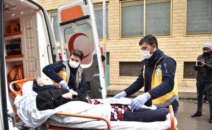Tuzla Belediyesi, yoğun kar yağışına rağmen ambulans hizmeti vermeyi sürdürdü