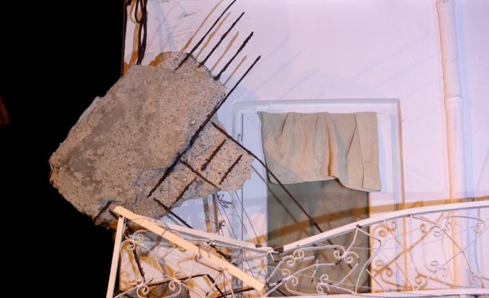 Balkon çökmesi nedeniyle bir araç zarar gördü
