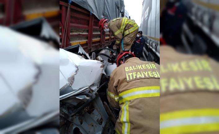 Balıkesir'de kamyon ile tırın arasında sıkışan otomobilin sürücüsü öldü