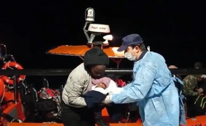 Balıkesir'de lastik botun su almasıyla adada mahsur kalan sığınmacılar kurtarıldı