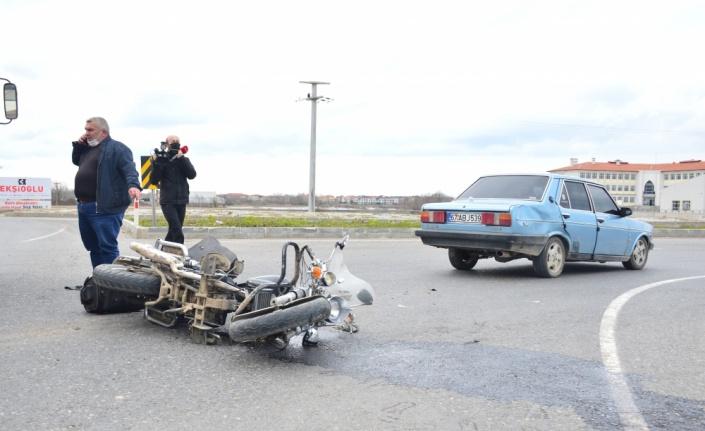 Karasu'da otomobille çarpışan motosikletin sürücüsü yaralandı