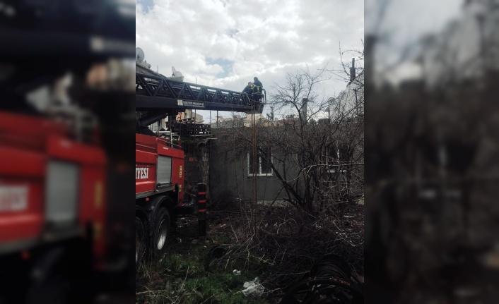 Merdivenleri çöken evde mahsur kalan 6 kişiyi itfaiye ekipleri kurtardı