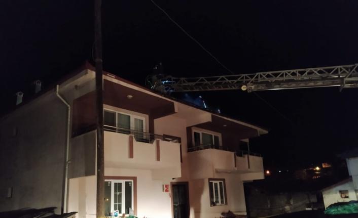 Osmaneli'de bir evin çatısında çıkan yangın söndürüldü