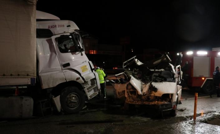 Sakarya'da trafik kazasında yaralanan tır şoförü hayatını kaybetti