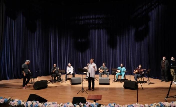 SAÜ'lü doktorlar Tıp Bayramı dolayısıyla düzenlenen konserde sahne aldı