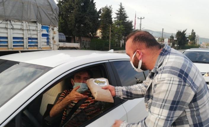 AK Partili gençler trafikte kalan vatandaşlara iftarlık dağıttı
