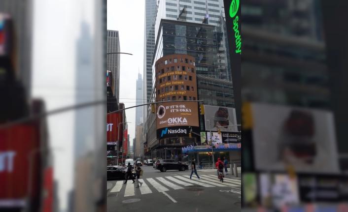 Arzum OKKA, New York'un Times Meydanı'nda