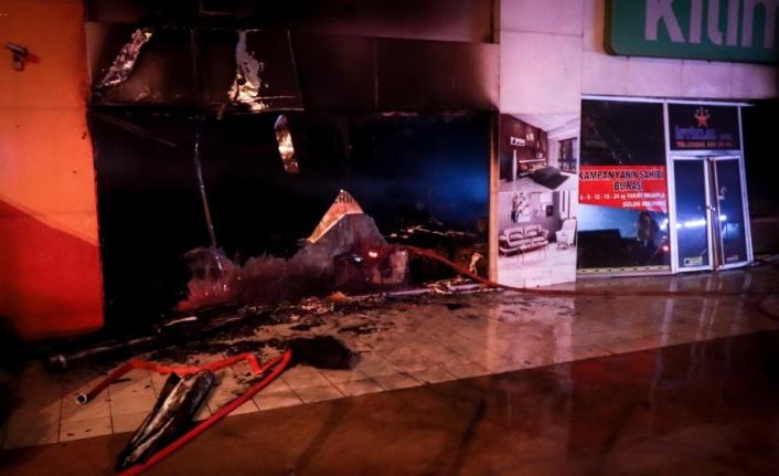 2 katlı mobilya dükkanında çıkan yangın söndürüldü