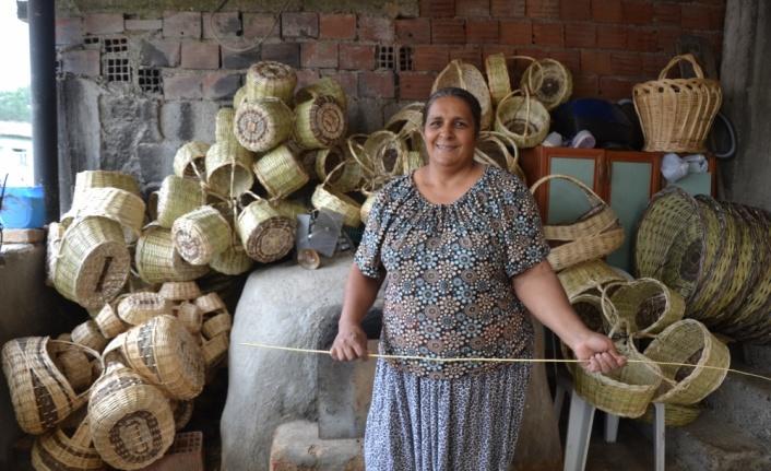 Çanakkale'de 40 yıldır örme sepet üreten kadın siparişlere yetişemiyor