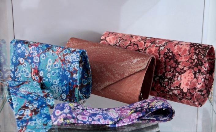 Geleneksel ebru sanatı giysi, çanta, ayakkabı ve aksesuarlarda hayat buluyor