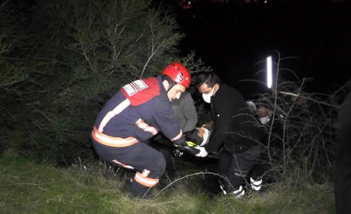 Karasu'da şarampole yuvarlanan otomobildeki biri çocuk 2 kişi yaralandı