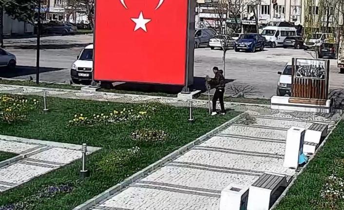 Kırklareli'nde tören alanındaki demir süslerin çalınma anı güvenlik kamerasına yansıdı