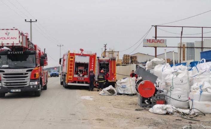 Gebze'de geri dönüşüm tesisinde plastik maddelerin depolandığı alanda çıkan yangın söndürüldü