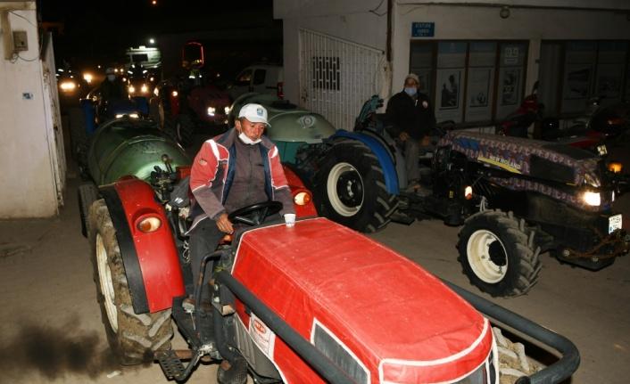 Lapsekili meyve üreticileri salgınla mücadele için traktörleriyle cadde ve sokakları dezenfekte etti