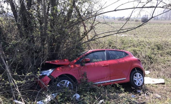 Ağaca çarpan otomobildeki 3 kişi yaralandı