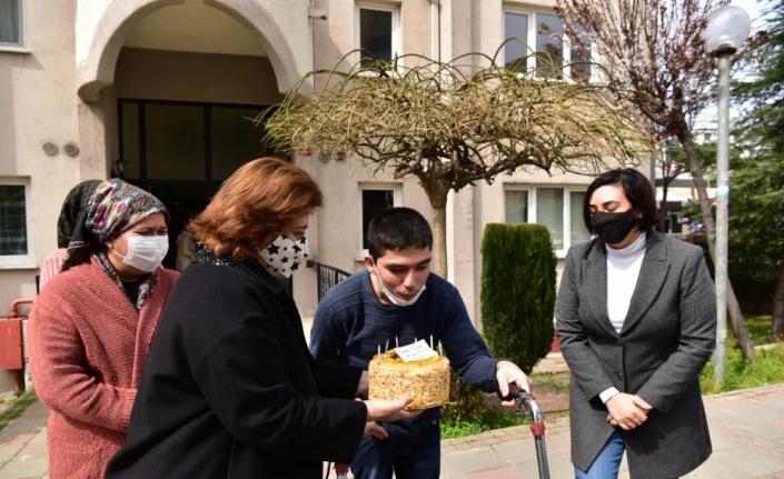 Tuzla Belediye Başkanı Yazıcı'dan, engelli gence doğum günü sürprizi