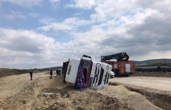 Gelibolu'da devrilen mıcır yüklü kamyonun sürücüsü yaralandı