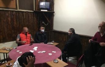 Kocaeli'de Kovid-19 tedbirlerini ihlal edip iskambil oynayan 6 kişiye para cezası verildi