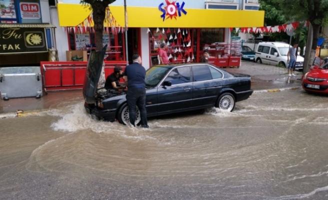 Darıca'da sağanak yağış , hayatı olumsuz etkiledi.