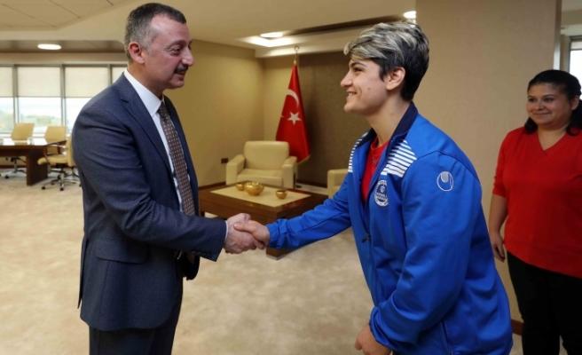 Başkan Büyükakın, Kağıtspor'un şampiyon sporcularını ağırladı