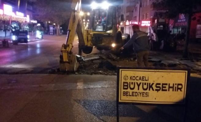 İzmit'te gece asfalt gündüz kaldırım çalışması