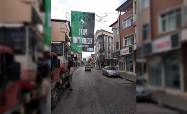 """""""O kupa İzmit'e gelecek"""" pankartları şehrin dört bir yanına asıldı"""