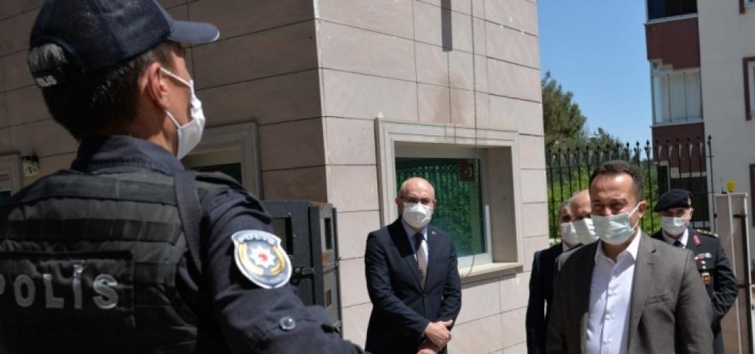 Bilecik Valisi Bilal Şentürk görev başındaki güvenlik güçlerini ziyaret etti