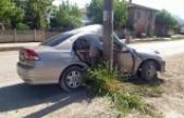 Elektrik direğine çarpan otomobildeki iki kişi yaralandı