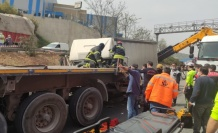 Dilovası'nda tıra çarpan kargo kamyonunun sürücüsü ağır yaralandı