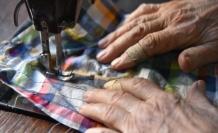 Mehmet usta 68 yıldır koltuk değnekleriyle dükkanına gidip terzilik yapıyor