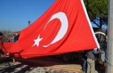 Al bayrağımız İzmit semalarında tekrar dalgalanmaya başladı