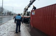 Devrilen konteynere zabıta müdahalesi
