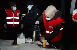 Türk Kızılay gönüllüleri emniyete sıcak ikramda...