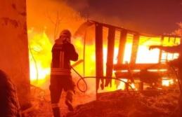 Yangında ahşap ev ve otomobil kullanılamaz hale...