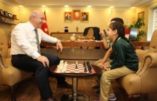 Bıyık Öğrencilerle Satranç Oynadı
