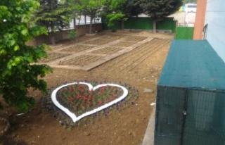 """Çocukları toprak ile buluşturan proje; """"Üretken..."""