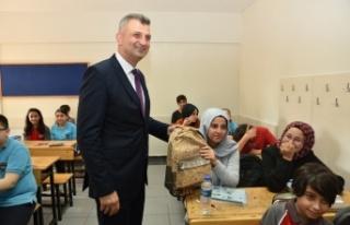 KSO'dan öğrencilere çanta ve kırtasiye yardımı