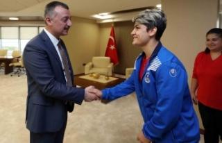 Başkan Büyükakın, Kağıtspor'un şampiyon sporcularını...